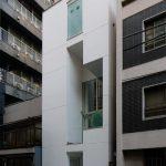 3階建ての白いビル