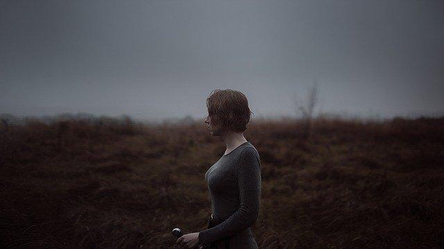 荒野をたたずむ女性