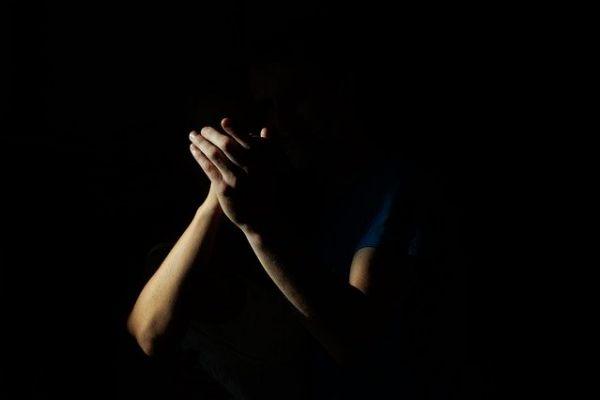 呪われた拍手「裏拍手」についての怖い話や起源について詳しく解説