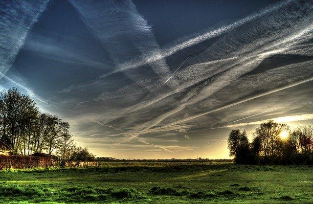 大きな空に広がる飛行機雲