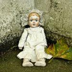 道端に座る人形