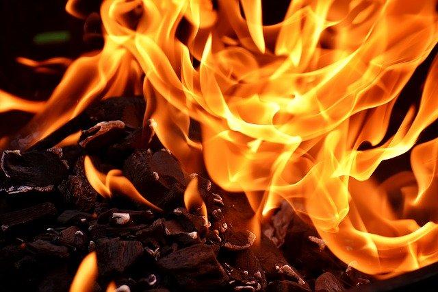 燃え盛る火