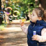 ショアボン球を吹く女の子