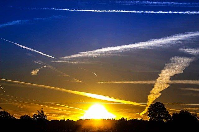 夕空に広がる飛行機雲