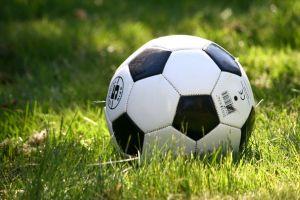 草原でサッカー